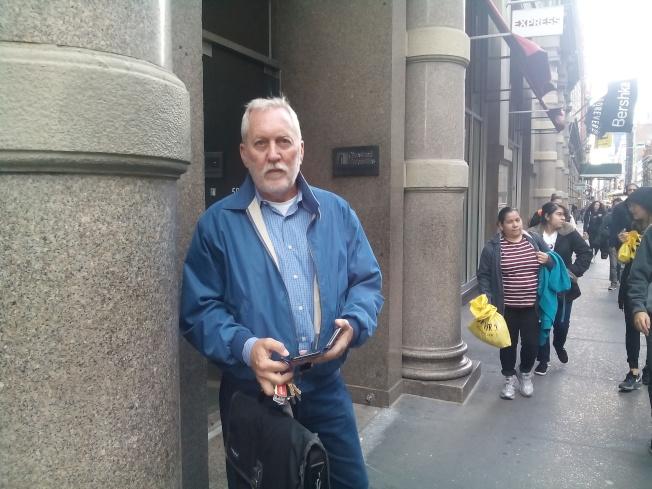 紐約偵探紐約私人偵探麥基夫接到不少華人的案件。圖為他在辦公樓下,準備出去查案。(韓傑/攝影)