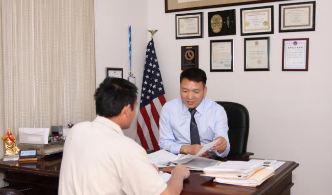 趙偉這幾年做的案件多是跨國追蹤攜款逃美的大陸奸商和貪官。(趙偉/提供)