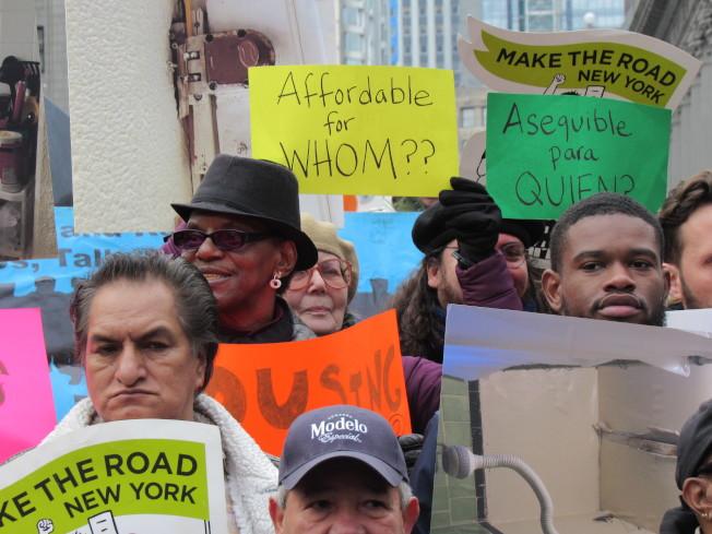民眾拿著抗議標語,希望政府能還給人民居住的權力。(記者顏嘉瑩/攝影)