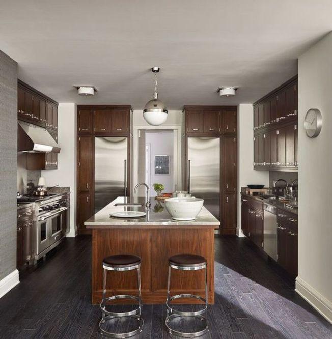 公寓的單獨廚房展示著高端的廚房用具、桃木做的木製櫥櫃。(Realtor.com)