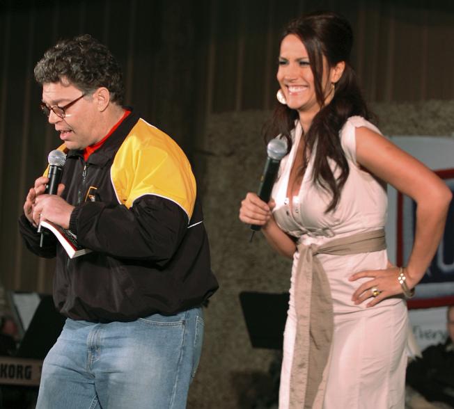 進入國會前,法蘭肯(左)是喜劇演員,和他搭檔的是女模推登。圖為兩人在科威特進行勞軍演出。(美聯社)