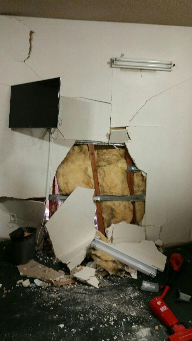 巨大撞擊力使最靠近旅館北向的房間內牆壁也被擠破。(經理林先生提供)