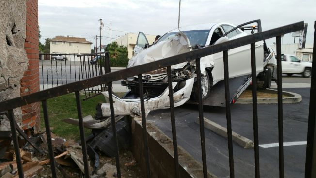 肇事車輛車頭部分已經支離破碎。(記者高梓原/攝影)