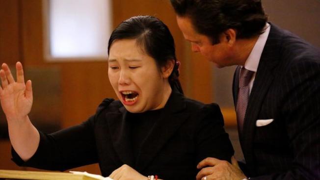 陳軼婧(左)在庭上聲淚俱下陳述,律師傑克森在旁安慰。(洛杉磯時報)