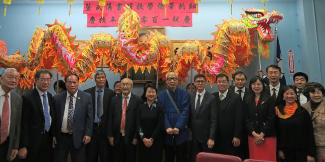 紐約華僑學校慶祝成立108周年,獲得來自經文處、文教中心、聯成公所及王鼎鈞贈書。(記者陳小寧/攝影)