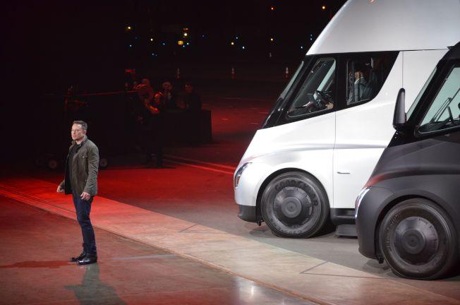 特斯拉公司的執行長馬斯克16日在加州總部推出全電動貨櫃車。(Getty Images)