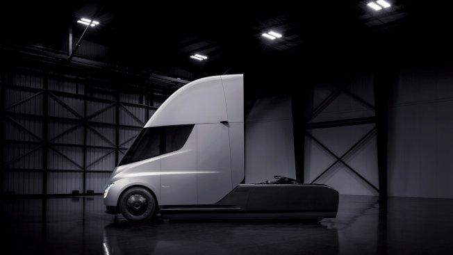 特斯拉推出的全電動貨櫃車的車頭。(路透)