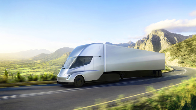 特斯拉提供的照片顯示,新開發的全電動貨櫃車正在試車。(美聯社)