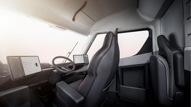 特斯拉的電動貨櫃車的駕駛座顛覆傳統卡車的形象。(歐新社)
