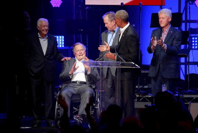 從好萊塢掀起的性侵風潮,如今席捲華府政壇,圖中五位前美國總統就有老布希(左二)及柯林頓(右一)捲入性侵風暴。(路透)