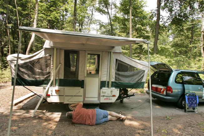長期居住在露營車裡,一切工作都要自己動手。(美聯社)