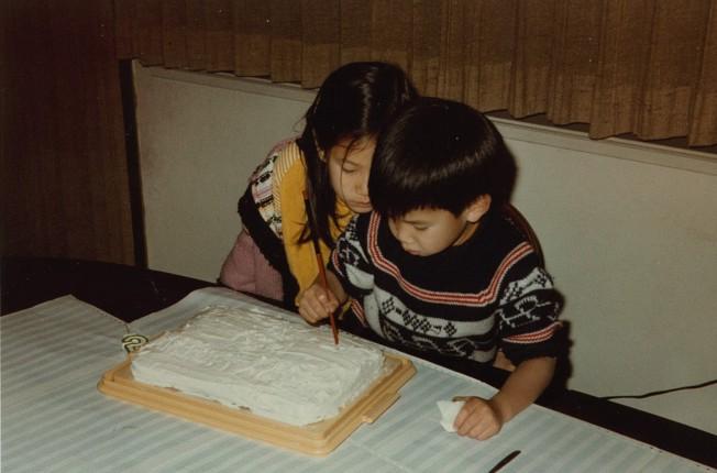 顧宏和長她兩歲的姊姊顧明從小就是最要好的朋友,在顧宏出任華府白宮學者前,兩姊弟始終維持每周一次的姊弟會。(侯文華/提供)