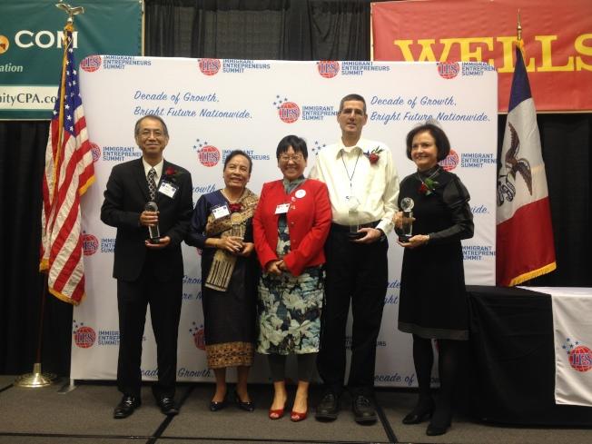 美國移民企業家峰會,IES理事會主席、華裔企業家薩嬰(中)出席頒獎典禮。(記者薛峰╱攝影)