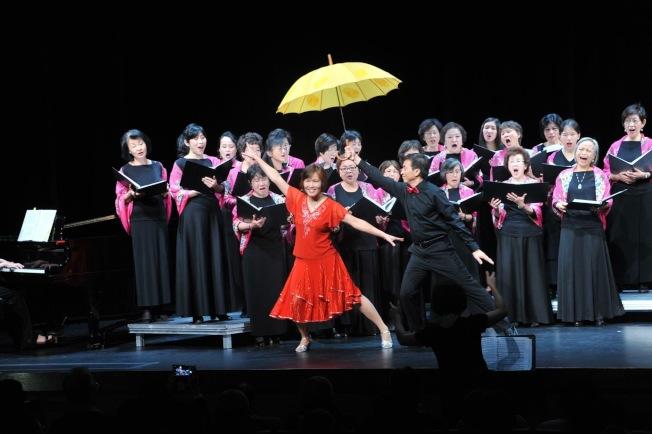 大華府台大校友合唱團演唱會,圖為潘志中與黃秀媚的雙人舞。(NTUACDC提供)
