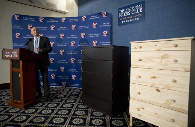 聯邦消費品安全委員會主席凱耶先前在記者會上說明兩款IKEA抽屜櫃的問題。(美聯社)