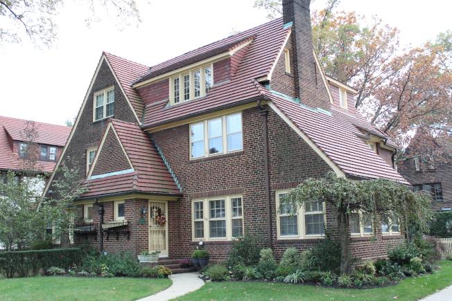 森林小丘以擁有眾多設計風格獨特的都鐸式房屋著稱。(記者劉大琪/攝影)