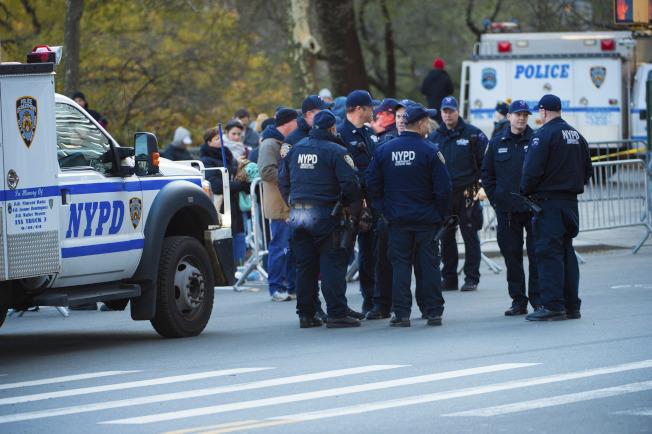 但在歡樂遊行中,紐約出動最大警力維持安全,處處戒備森嚴也讓歡樂中帶著緊張與不安。美聯社