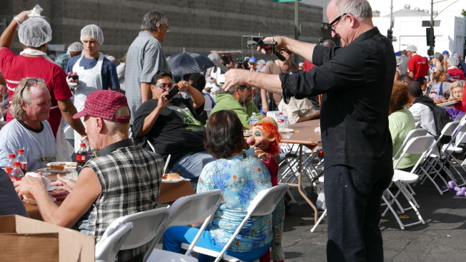 Midnight Mission邀請木偶藝人和遊民互動。(記者李雪/攝影)