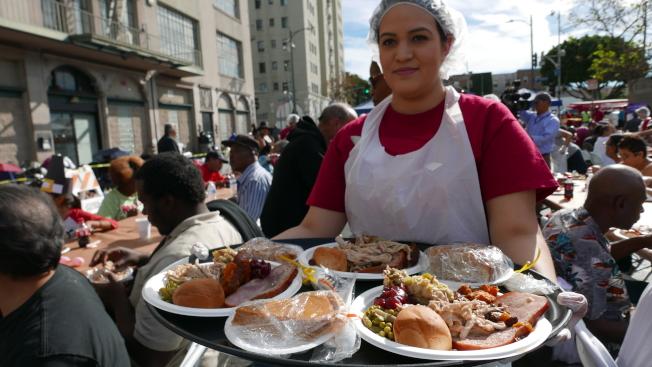 Midnight Mission當日招待約2500名遊民,志工正在分發菜餚。(記者李雪/攝影)