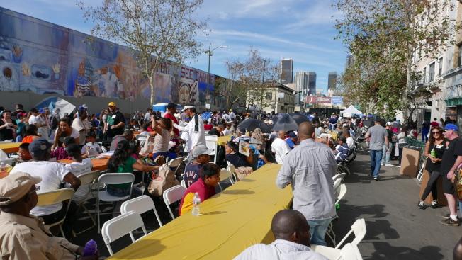 Fred Jordan教會擺設長桌宴請遊民。(記者李雪/攝影)