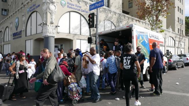 一些其他公益團體也在遊民巷發放物資。(記者李雪/攝影)