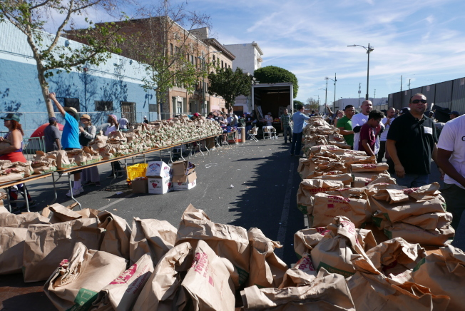 Fred Jordan教會給遊民發放食品袋。(記者李雪/攝影)