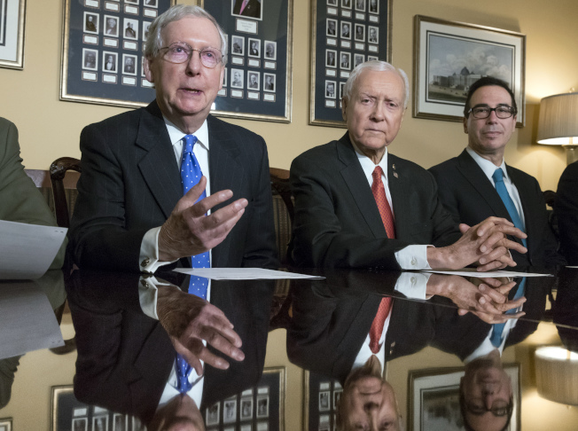 國會共和黨大力推動稅制改革,但一般民眾並不感興趣。圖為參院多數黨領袖麥康諾(左起)、參院財政委員會主席哈契、財政部長米努勤日前說明稅改重點。(美聯社)