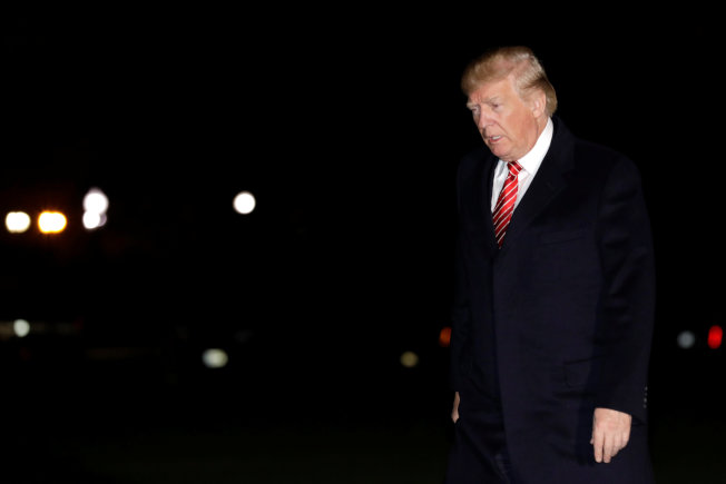 川普總統結束感恩節休假,26日晚返回白宮。(歐新社)