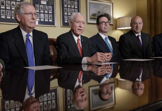 參院多數黨領袖麥康諾(左)決定本周表決參院版的稅改案。(美聯社)