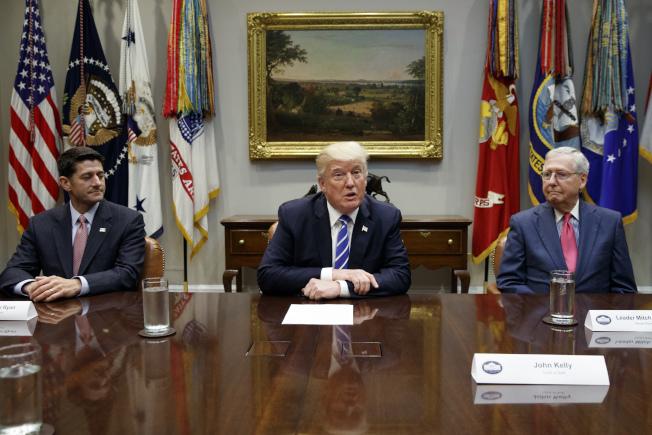 川普總統(中)表示希望能在聖誕節前能簽署參眾兩院協商後的稅改法案。左為眾院議長萊恩,左為參院多數黨領袖麥康諾。(美聯社)