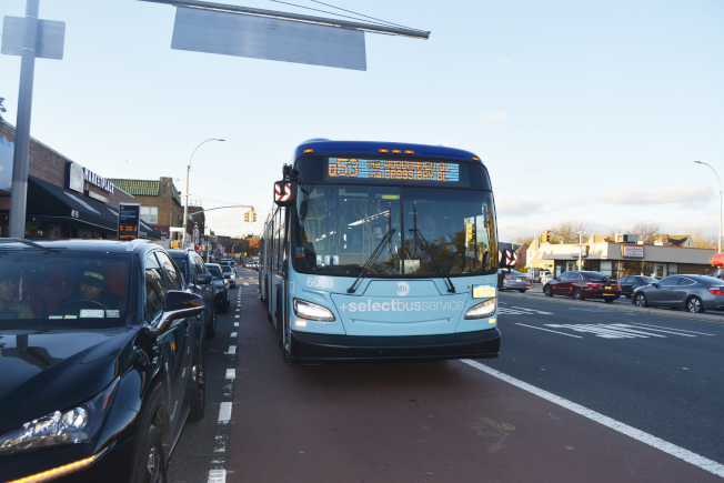 Q52/Q53公車安裝監控攝像頭,記錄占用專用公車道的違規車輛。(記者俞姝含/攝影)