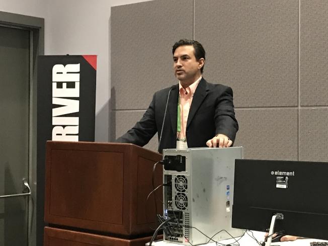 網路安全方面特別有研究的Department 13 公司首席技術官Robi Sen(見圖)在汽車網路安全高峰會議講解自動駕駛汽車網路安全。(記者謝雨珊/攝影)