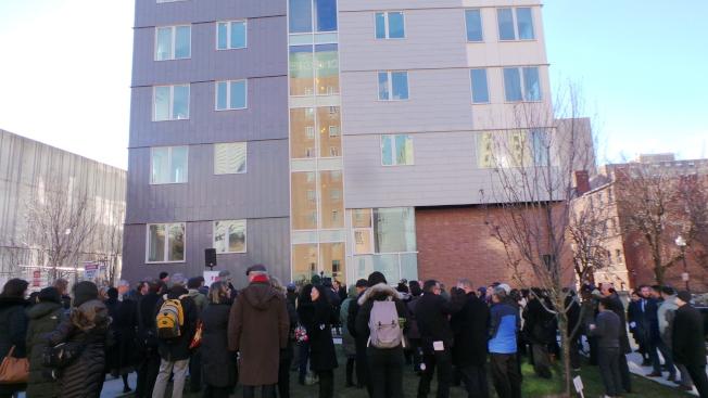 綠茵苑二期工程 88 Hudson St.樓宇落成,在室外小公園中舉行慶祝儀式。(記者唐嘉麗/攝影)