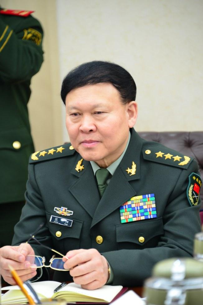 原中共中央軍委、解放軍政治工作部前主任張陽視察武警部隊的資料照片。(歐新社)