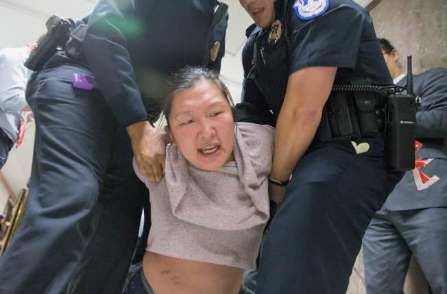 國會警察逮捕那些阻撓議事的抗議者。(Getty Images)