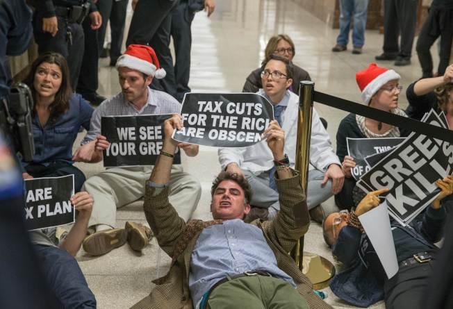 抗議者闖入國會,手持反對標語占據國會走廊。(Getty Images)