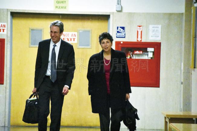 替陸太平辯護的兩名公費執業律師高特羅森(左)及卡費斯。(記者李秀蘭/攝影)