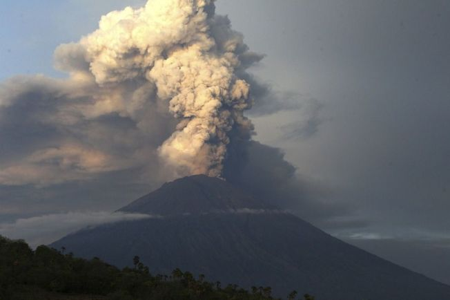 峇里島阿貢火山噴發。 (美聯社)