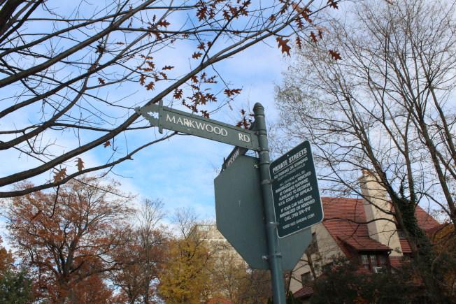 森林小丘花園的路邊和樓前,到處可見私人街道禁止隨便停車的牌子。(記者劉大琪/攝影)