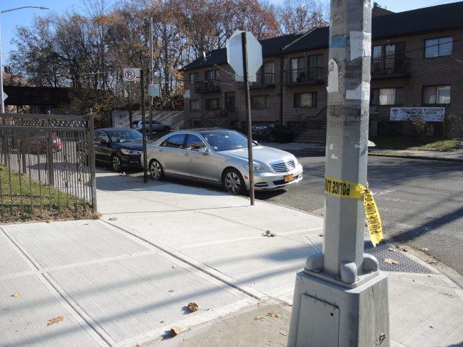 事發路口仍留有警方封鎖現場的痕跡。(記者朱蕾/攝影)