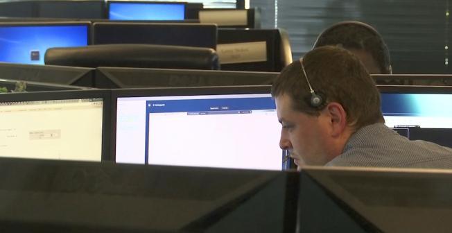 2017年駭客事件頻傳,但網路安全公司預測,明年情況將更嚴重。圖為網安人員在位於亞特蘭大的辦公室監測網路情況。(美聯社)