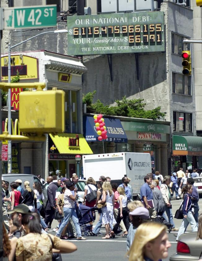 曼哈頓時報廣場附近懸掛的國債鐘,長久以來都會吸引路過民眾注意。(美聯社)