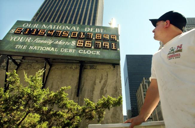 曼哈頓時報廣場附近懸掛的國債鐘,長久以來都會吸引路過民眾注意。(Getty Images)