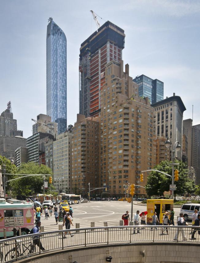 紐約市最頂級的One57豪華公寓摩天大樓(圖中左側),面向中央公園的單位擁有絕佳視野。(美聯社)