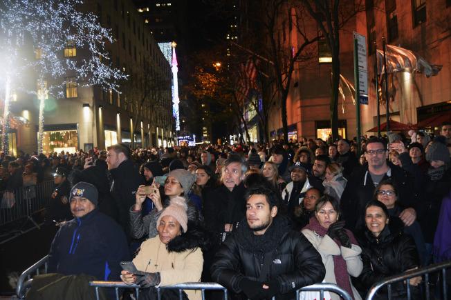 第85屆洛克菲勒中心聖誕樹點燈儀式於29日如期舉行,等待數個小時的民眾歡笑著慶祝聖誕季的到來。(記者俞姝含/攝影)
