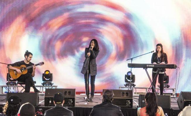 去年世界好聲音LA Voice參賽者演唱。(Jay 提供)