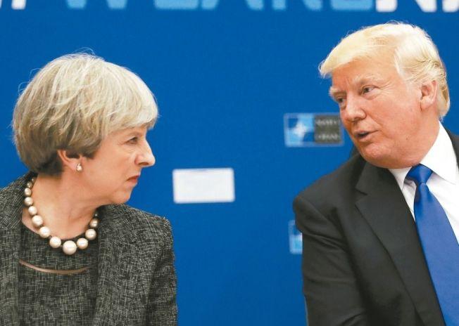 總統川普(右)與英國首相梅伊(左)因種族歧視議題隔空交火。 (美聯社資料照)