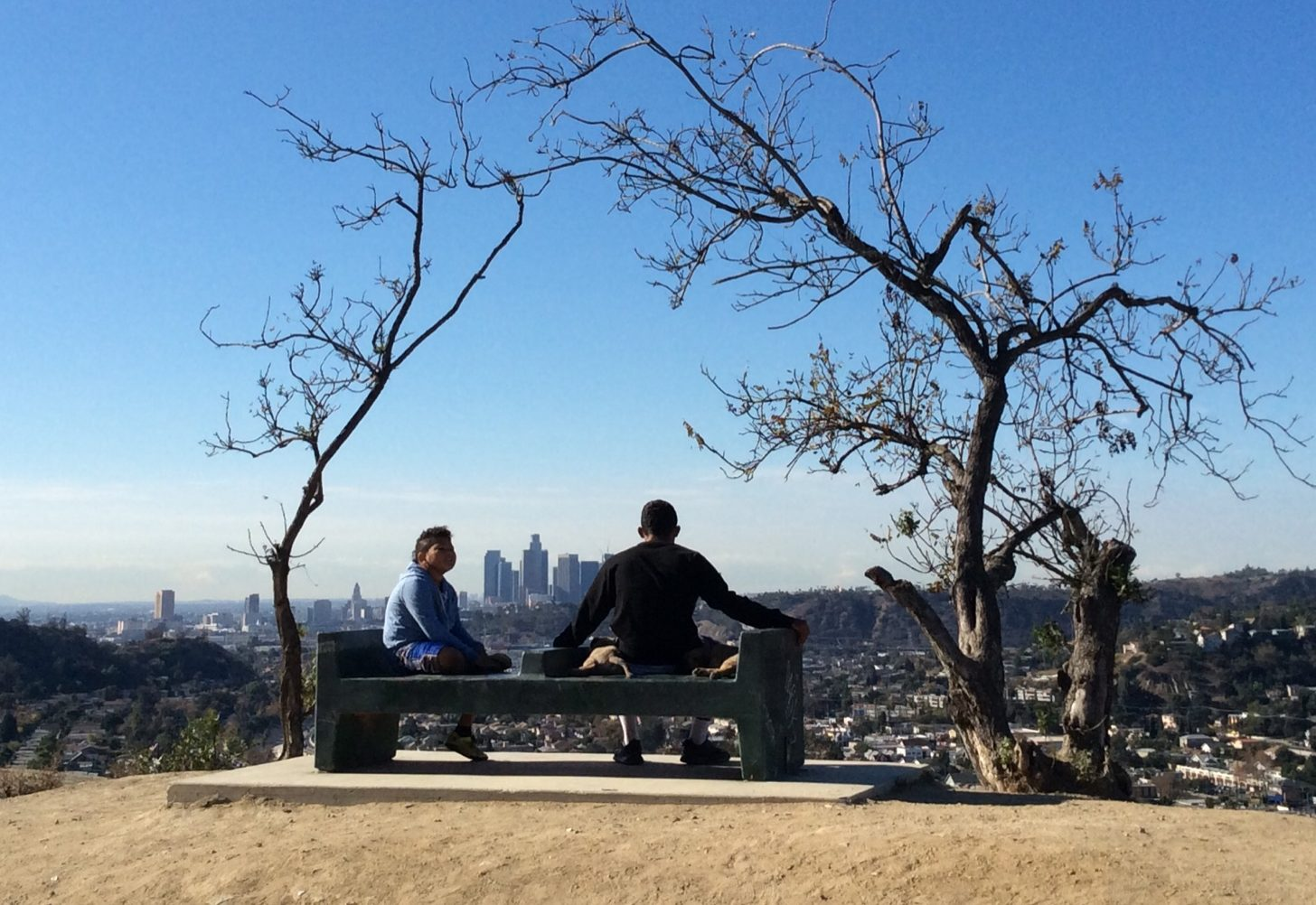 一對伴侶坐在洛磯市小山丘上眺望市區。(本報資料照片)