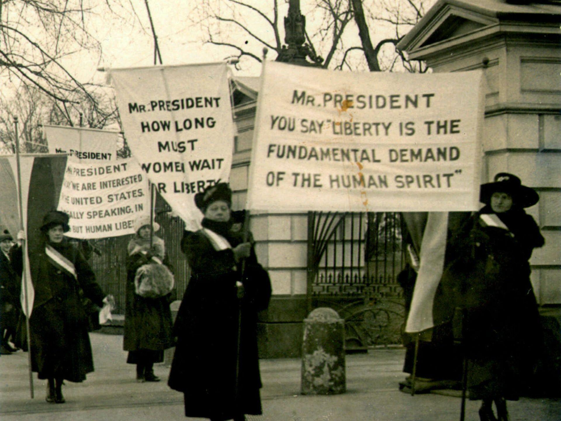 當時爭取權益的女性們,高舉訴求的布條。取自網路