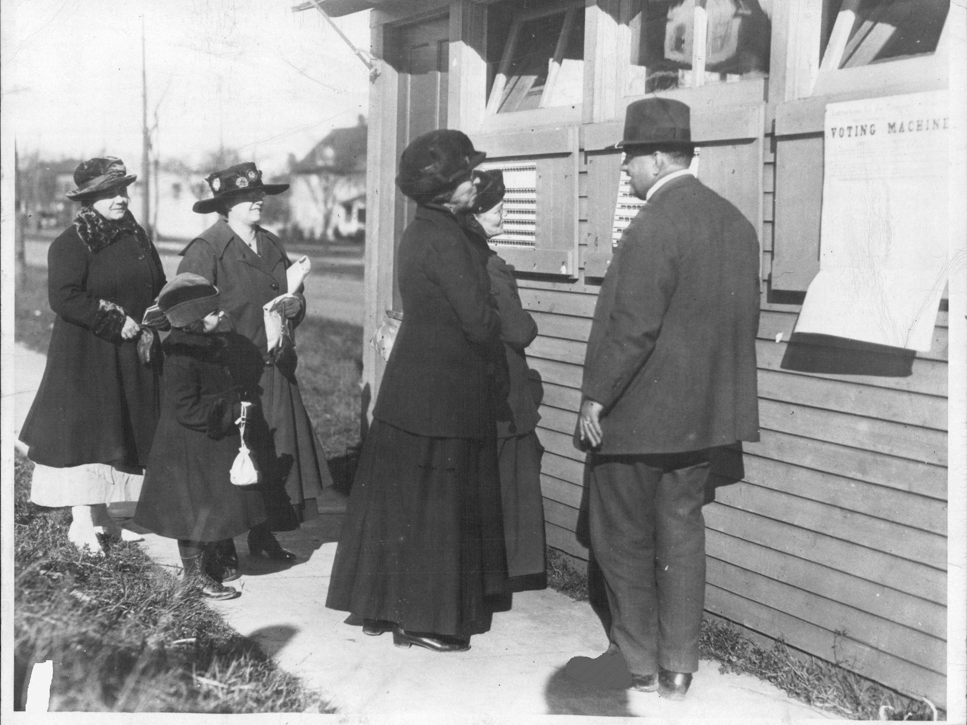 1917年11月6日女性終於能跟男性一樣出現在投票所,投下自己手中神聖的一票。